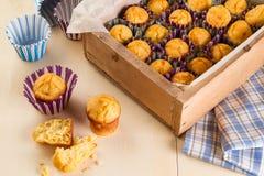 Muffin appena fatti sul tavolo da cucina fotografie stock libere da diritti