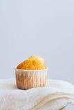 Muffin arancio su un fondo bianco Immagini Stock