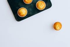 Muffin arancio su un vassoio d'annata del metallo, disposizione piana Immagini Stock Libere da Diritti