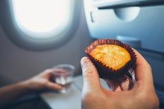 Muffin auf dem Brett lizenzfreies stockfoto