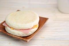 Muffin auf der hölzernen Platte lizenzfreies stockfoto