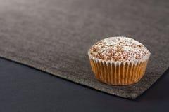 Muffin auf Grau stockbilder