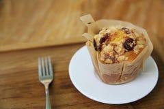 Muffin auf Holztisch lizenzfreies stockfoto