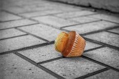 Muffin auf Pflasterung stockfoto