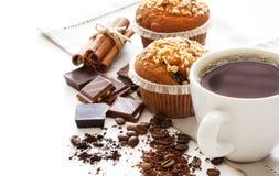 Muffin backt mit Kaffee zusammen stockfoto