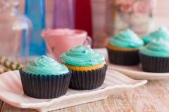 Muffin casalinghi con la crema della menta Immagine Stock