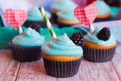 Muffin casalinghi con la crema della menta decorata per il giorno del ` s del biglietto di S. Valentino Fotografie Stock Libere da Diritti