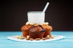 Muffin casalinghi deliziosi del cioccolato con bicchiere di latte Fotografia Stock