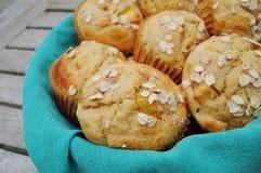 Muffin casalinghi della farina d'avena della pesca Fotografie Stock