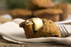 Muffin casalingo della banana con burro fuso fotografia stock libera da diritti