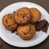 Muffin con il primo piano di riempimento del cioccolato Immagini Stock Libere da Diritti