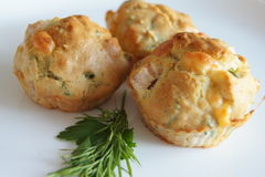 Muffin con il prosciutto ed il formaggio Fotografie Stock