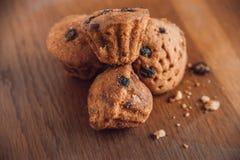 Muffin con l'uva passa sulla tavola Fotografia Stock Libera da Diritti