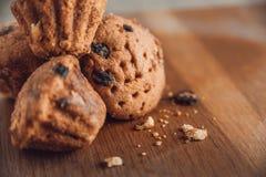 Muffin con l'uva passa sulla tavola Immagine Stock Libera da Diritti