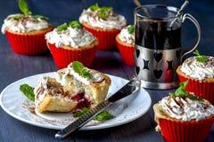Muffin con la ciliegia e l'ananas sul piatto bianco Immagine Stock