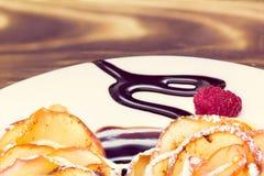 Muffin con la salsa di cioccolato e del lampone Immagini Stock