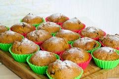 Muffin con zucchero in polvere cotto nelle muffe del silicone fotografia stock libera da diritti