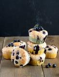 Muffin cupcakes met bosbessen op een houten achtergrond Cupcakes met bessen Verticale foto die wordt verfraaid Royalty-vrije Stock Afbeeldingen