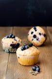 Muffin cupcakes met bosbessen op een houten achtergrond Cupcakes met bessen Verticale foto die wordt verfraaid Stock Fotografie