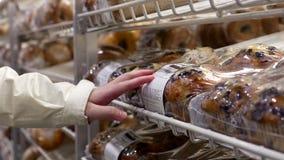 Muffin d'acquisto della donna video d archivio
