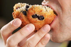 Muffin, das gegessen wird Lizenzfreies Stockbild