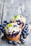 Muffin de blueberry deliciosos na tabela de madeira imagens de stock