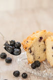 Muffin de blueberry na placa com colher de mirtilos Foto de Stock