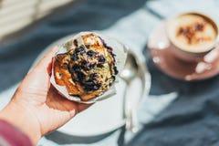 Muffin de blueberry para o café da manhã imagens de stock royalty free