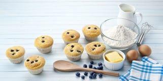 Muffin de blueberry que cozem o fundo Imagens de Stock Royalty Free
