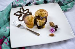 Muffin decorati del cioccolato su un piatto quadrato immagine stock libera da diritti