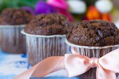 Muffin del cioccolato come regalo Fotografia Stock