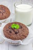 Muffin del cioccolato con i chip ed il bicchiere di latte di choco Fotografia Stock Libera da Diritti