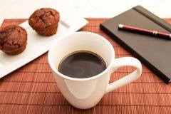 Muffin del cioccolato con una tazza di caffè Immagini Stock