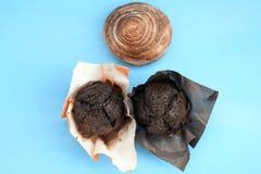 muffin del cioccolato e un rotolo di cannella immagine stock libera da diritti