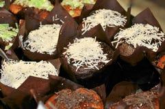 Muffin del cioccolato su uno scaffale di negozio Fotografie Stock Libere da Diritti