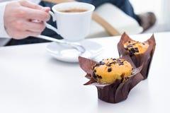 Muffin del cioccolato sulla tavola Immagine Stock