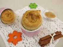 Muffin del dolce della girandola della cannella immagini stock