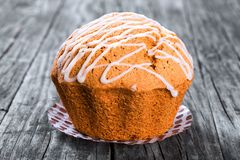 Muffin del grano intero con l'uva passa, i dadi e lo zenzero, primo piano Fotografia Stock