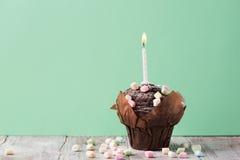Muffin del hocolate del ¡ di Ð con le caramelle gommosa e molle variopinte Fotografia Stock