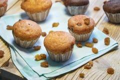 Muffin deliziosi casalinghi freschi della carota con i frutti ed i dadi secchi fotografie stock libere da diritti