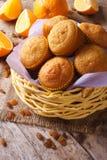 Muffin deliziosi con le arance ed il primo piano dell'uva passa verticale Immagini Stock