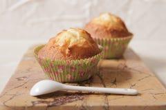 Muffin deliziosi del limone con tè e caffè Immagini Stock Libere da Diritti