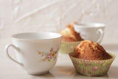 Muffin deliziosi del limone con tè e caffè Fotografie Stock