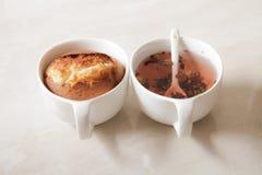 muffin deliziosi del limone con tè e caffè romantici Immagine Stock Libera da Diritti