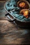 muffin deliziosi del limone con tè e caffè romantici Immagini Stock