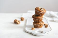 Muffin delizioso casalingo su fondo bianco Dolci della tazza con la banana e la noce Vista laterale, spazio della copia fotografie stock