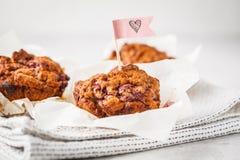 Muffin della bacca del vegano su fondo bianco, alimento di San Valentino fotografia stock libera da diritti