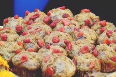 Muffin della banana o dolce della tazza della banana che completa con la frutta fotografie stock