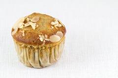 Muffin della mandorla della banana sulla tovaglia bianca immagine stock