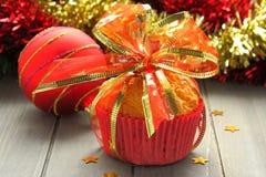 Muffin in den roten Cup mit Weihnachtsdekoration Stockfoto
